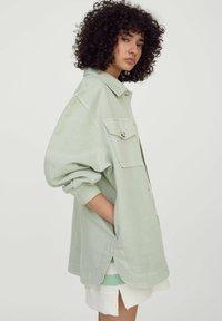 PULL&BEAR - Lehká bunda - mottled light green - 3