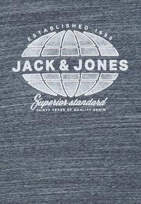 Jack & Jones Junior - JJGRAPHICMELANGE TEE CREW NECK - T-Shirt print - navy peony - 2