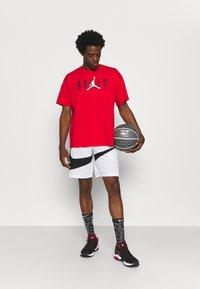 Nike Performance - NBA CHICAGO BULLS JORDAN STATEMENT TEE - Klubbkläder - university red - 1