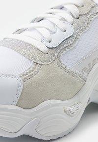 Emporio Armani - Sneakers laag - white/silver - 6