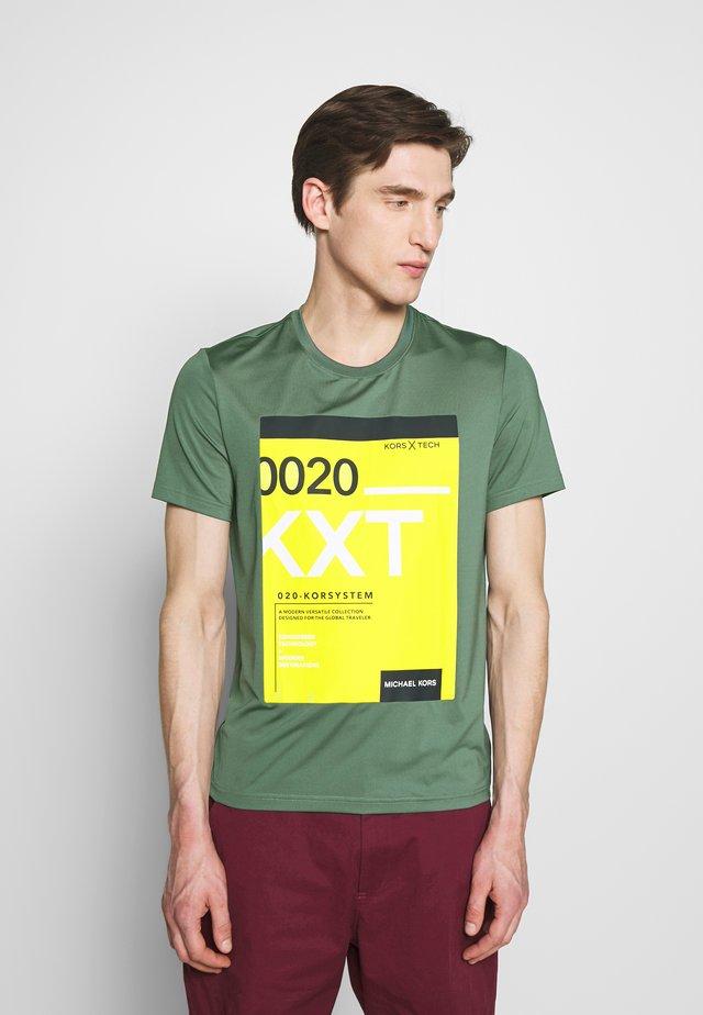 KORS TECH LABEL - Print T-shirt - forrest