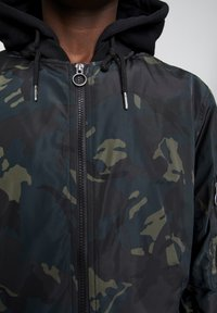 PULL&BEAR - Light jacket - mottled dark green - 5