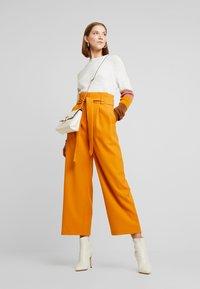 Vila - Spodnie materiałowe - golden oak - 1