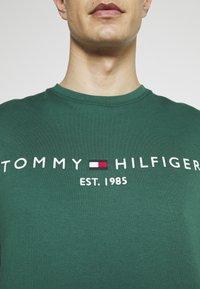 Tommy Hilfiger - LOGO  - Collegepaita - rural green - 4