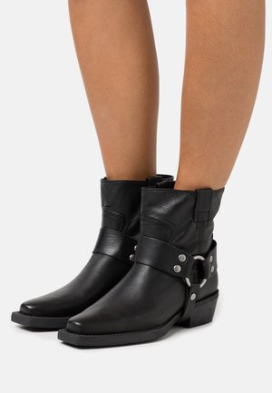 NO SCENE - Cowboy/biker ankle boot - black