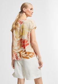 comma - Print T-shirt - coral leaf - 2