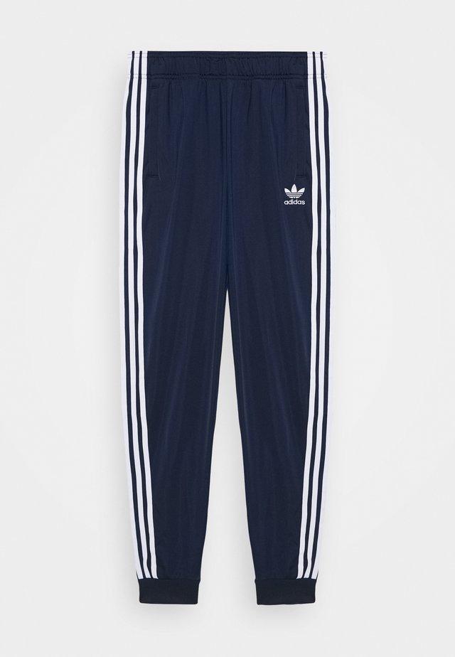 ADICOLOR PRIMEGREEN PANTS - Pantalones deportivos - conavy/white