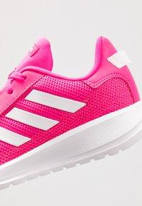 adidas Performance - TENSAUR RUN UNISEX - Neutrální běžecké boty - shock pink/footwear white/light granite - 2