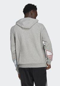 adidas Originals - ADICOLOR TRICOLOR TREFOIL HOODIE UNISEX - Luvtröja - mgreyh - 1