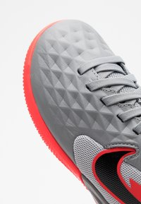 Nike Performance - TIEMPO JR LEGEND 8 ACADEMY IC UNISEX - Indoor football boots - metallic bomber grey/black/particle grey - 5