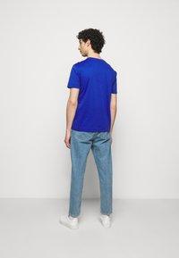 Emporio Armani - T-shirt z nadrukiem - dark blue - 2