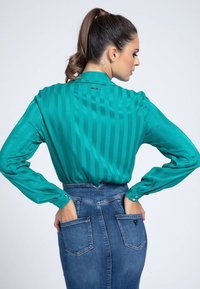 Guess - GESTREIFTE  - Button-down blouse - grünblau - 2