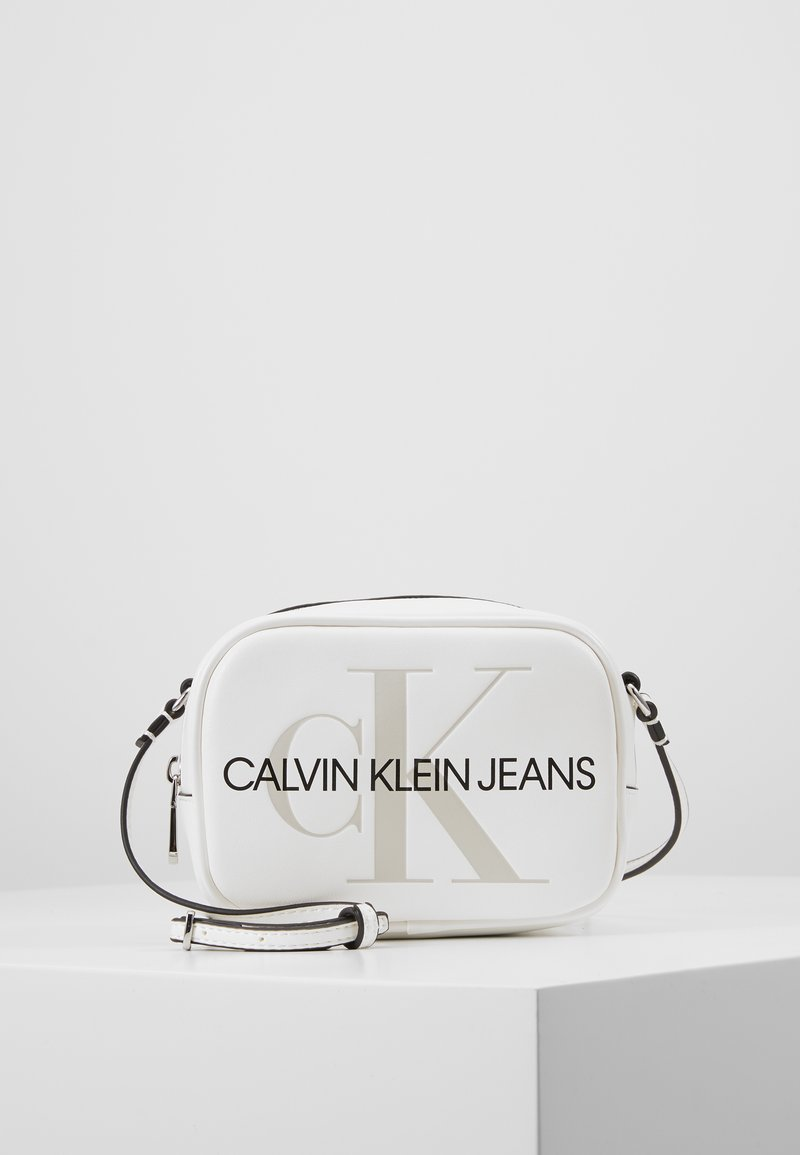 Calvin Klein Jeans - SCULPTED MONOGRAM CAMERA BAG - Bandolera - white