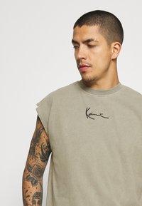 Karl Kani - SMALL SIGNATURE WASHED TEE - Print T-shirt - dark green - 3