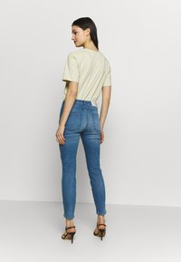 CLOSED - SKINNY PUSHER HIGH WAIST CROPPED LENGTH - Jeans Skinny Fit - mid blue - 2