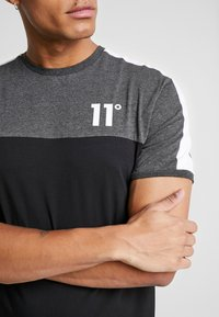 11 DEGREES - PANEL BLOCK - T-shirt print - black/anthracite marl/white - 5