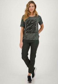 Monari - MIT RUNDHALS UND ALLOVER-PRINT - Print T-shirt - pinie gemustert - 0