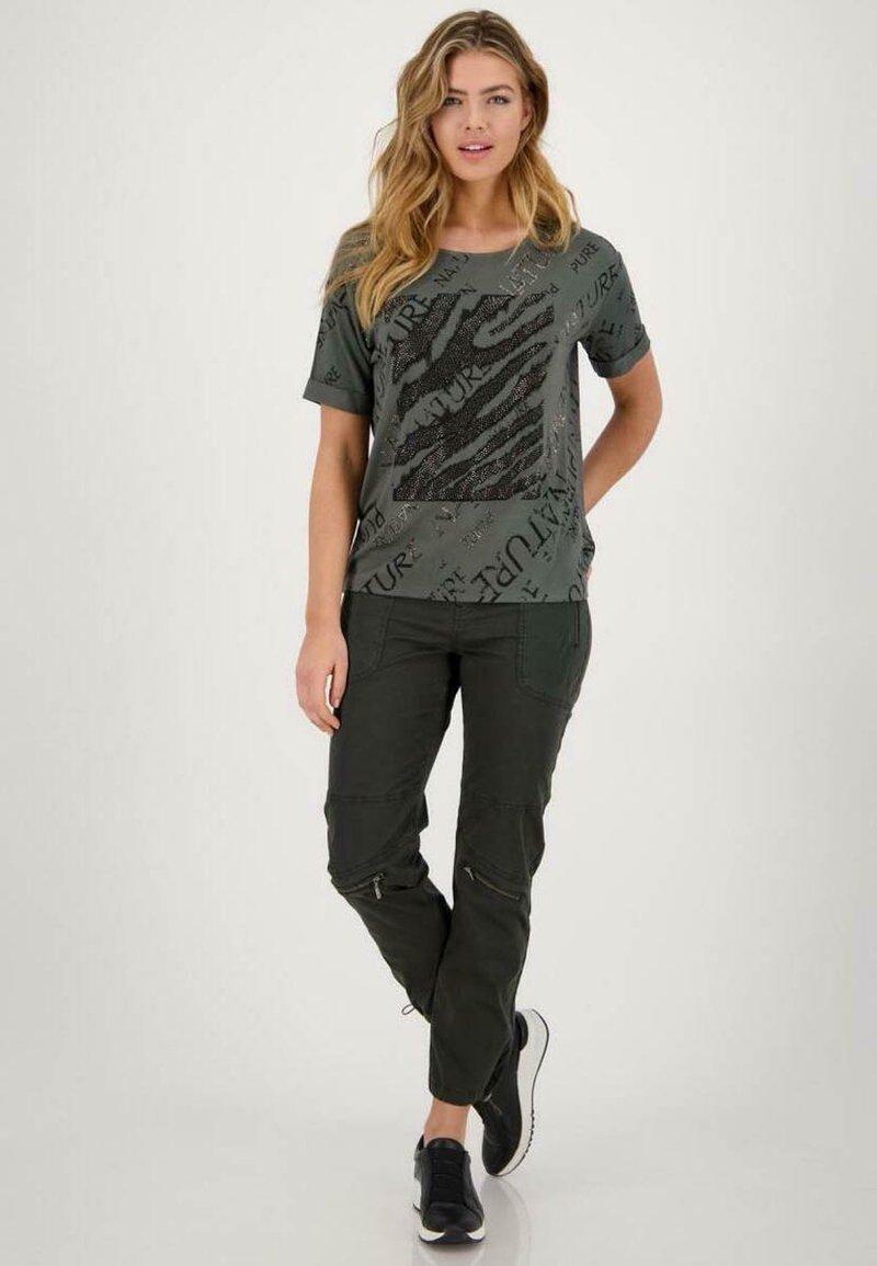 Monari - MIT RUNDHALS UND ALLOVER-PRINT - Print T-shirt - pinie gemustert