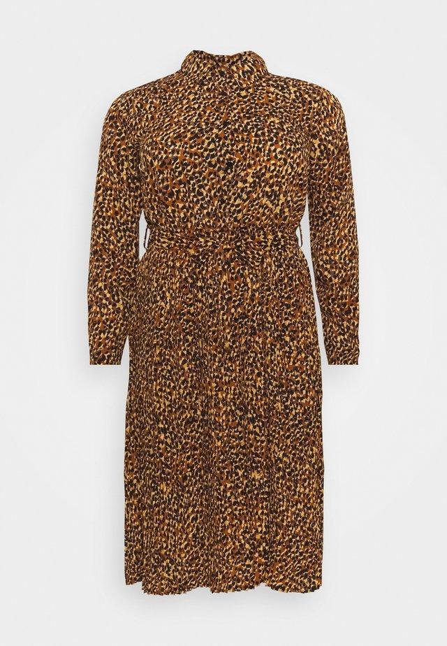 PLEATED DRESS - Paitamekko - mustard