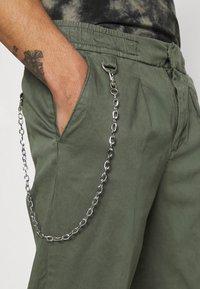 Redefined Rebel - LEE CROPPED PANTS - Broek - thyme - 4
