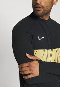 Nike Performance - DRY ACADEMY - Tekninen urheilupaita - black/jersey gold/white - 5