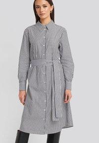 NA-KD - Robe chemise - grey/white - 0