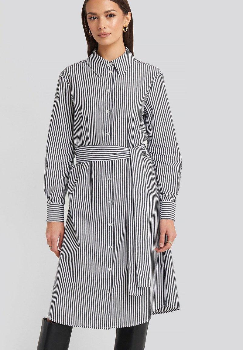 NA-KD - Robe chemise - grey/white