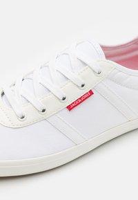 Jack & Jones - JFWLOGAN - Sneakersy niskie - white - 5