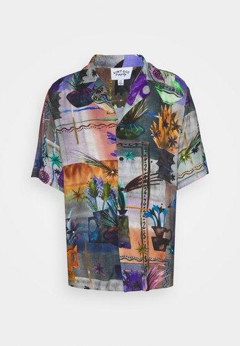 REVERE COLLAR SHIRT IN ARTY COLLAGE UNISEX - Shirt - multi