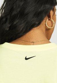 Nike Sportswear - CROP TEE  - T-shirts - zitron - 4