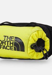 The North Face - BOZER HIP PACK UNISEX - Bum bag - sulphur spring green/black - 3
