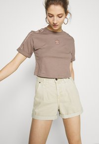 adidas Originals - CROPPED - T-shirts med print - trace brown - 3