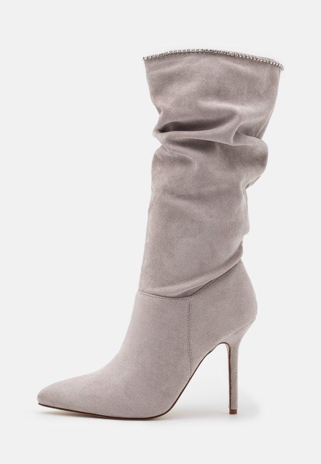 SHORE - Kozačky na vysokém podpatku - grey