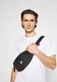Nike Sportswear - AIR HERITAGE UNISEX - Bum bag - black/black/white - 0