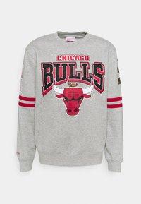 NBA CHICAGO BULLS ALL OVER PRINT CREW - Pelipaita - grey heather