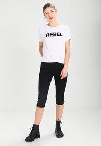 Vero Moda - VMHOT SEVEN SLIT KNICKER MIX - Denim shorts - black - 1