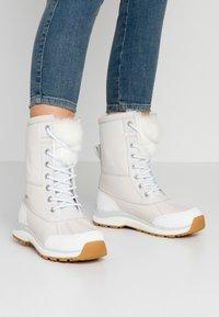 UGG - ADIRONDACK III FLUFF - Zimní obuv - white - 0