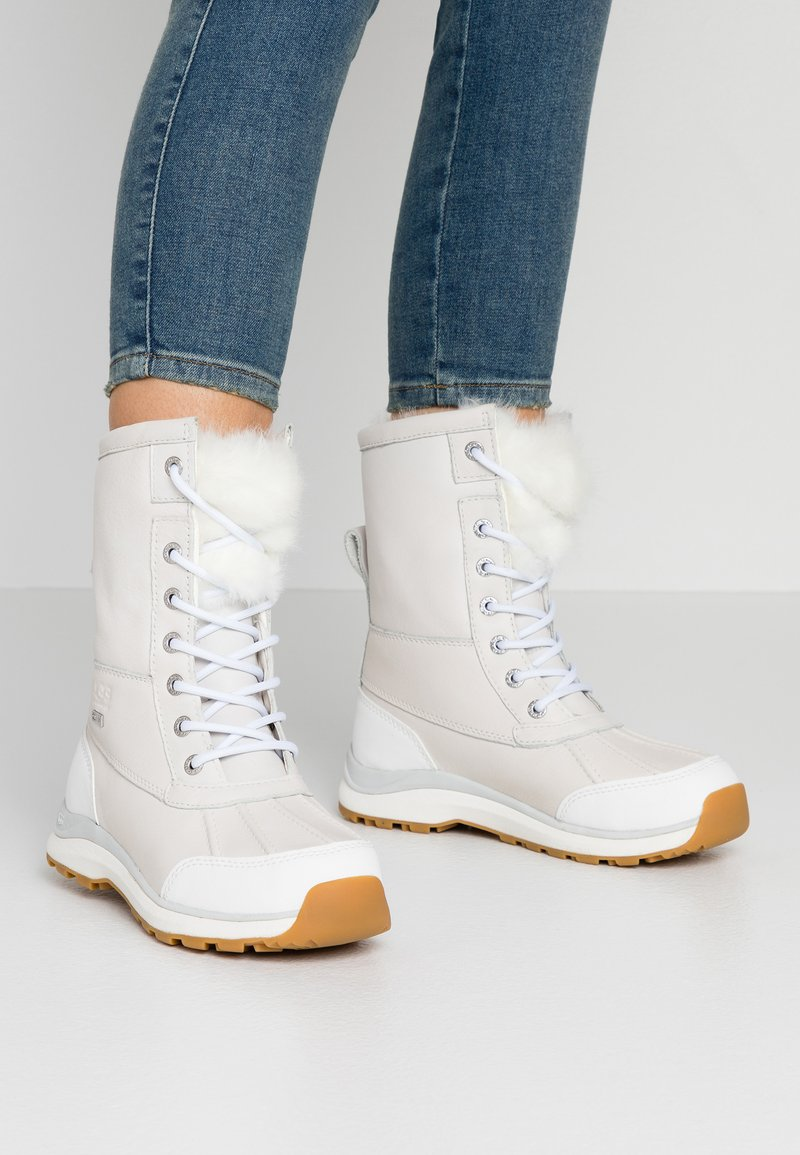 UGG - ADIRONDACK III FLUFF - Zimní obuv - white