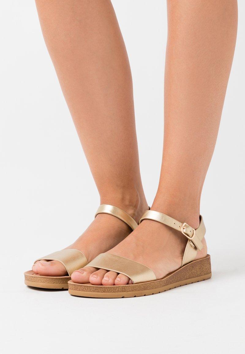 New Look Wide Fit - WIDE FIT FRANKIE - Sandalias de cuña - gold