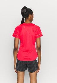 Nike Performance - ACADEMY 21 - T-shirt print - siren red/green strike - 2