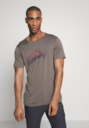 TECH LITE CREWE TETONS SALMON - Print T-shirt - driftwood