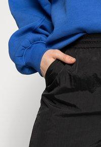 Pieces Curve - PCGOIA TRACK PANT - Tracksuit bottoms - black - 4