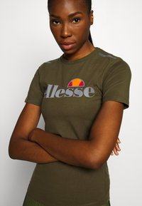 Ellesse - DELLE - Print T-shirt - khaki - 4