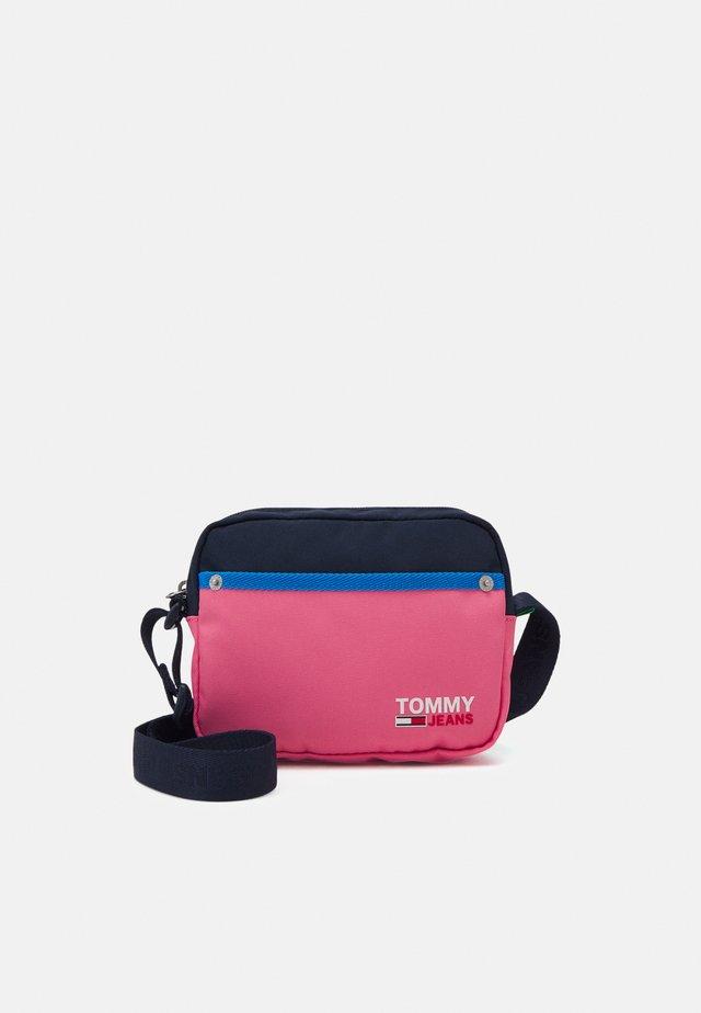 CAMPUS CROSSOVER - Taška spříčným popruhem - pink