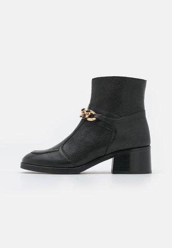 MAHE - Kotníkové boty - black
