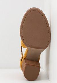 Alpe - LISET - Varrelliset sandaalit - mostaza - 6
