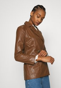 Who What Wear - 70S FITTED JACKET - Faux leather jacket - coffee