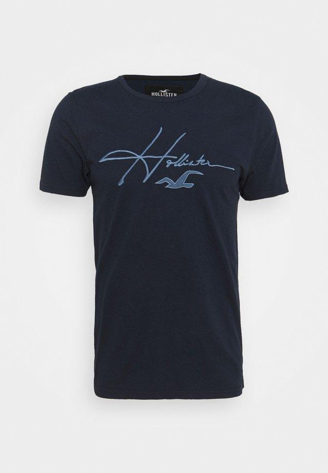 TECH MICRO SCRIPT - Camiseta estampada - navy macro
