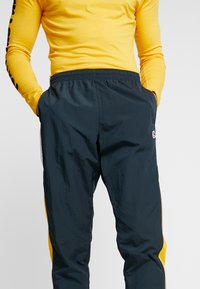 Nike Sportswear - PANT SIGNATURE - Trainingsbroek - seaweed/university gold/summit white - 3