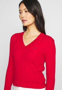 Tommy Hilfiger - INJ MINI CABLE  - Sweter - red - 5